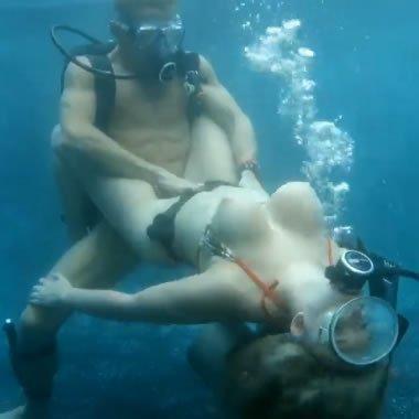 Szexelés a víz színe alatt is